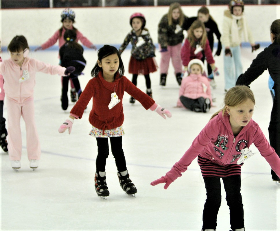 kids in ice skating school